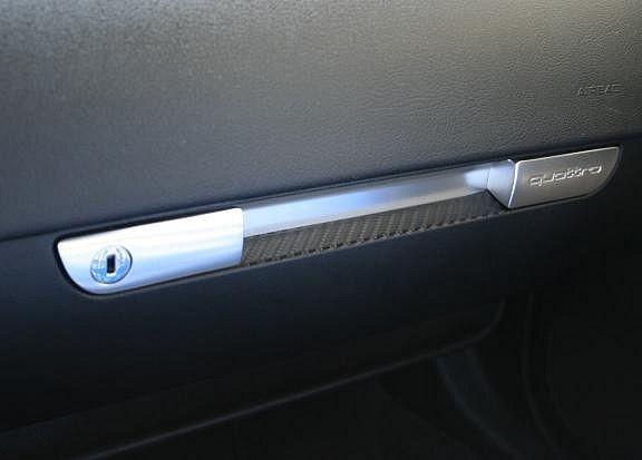 Carbondekor am Handschuhfach