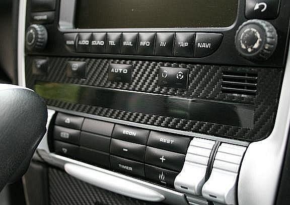 Carbondekor unter Radio